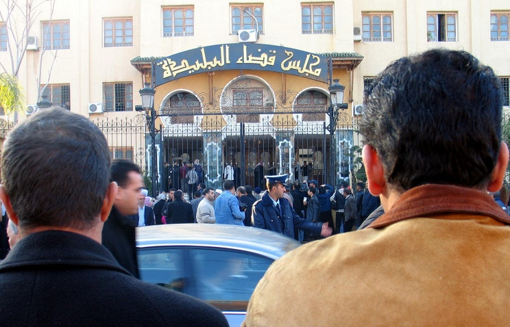 A crowd gathers outside the Blida courtroom, west of Algiers, at the start of disgraced Algerian millionaire Abdelmoumene Rafik Khalifa, Monday Jan .8, 2007