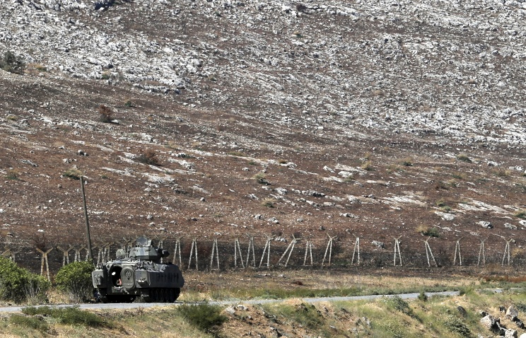 A Turkish tank patrols at the Turkey-Syria border (archive)